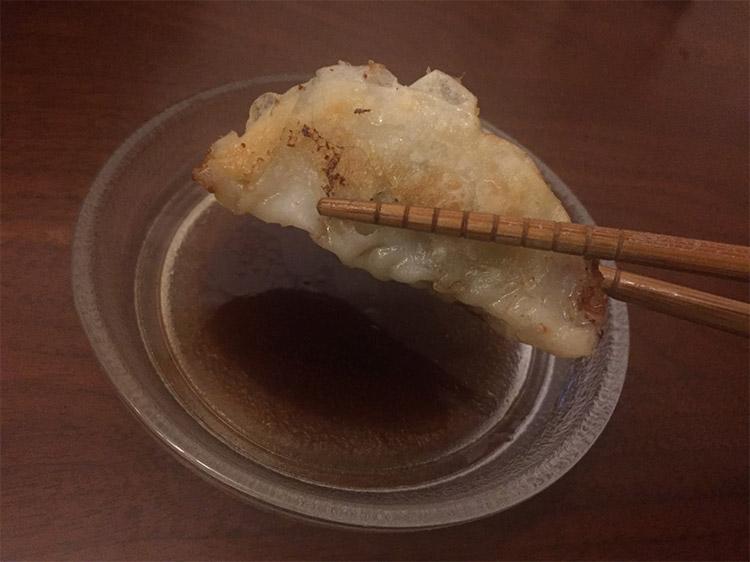 宮崎県のうまいもの「丸岡のぎょうざ」を実食!|箸でつまみあげる